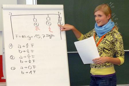 TU Ilmenau: Schülerinnen testen technisch-naturwissenschaftliche Fähigkeiten / © TU Ilmenau