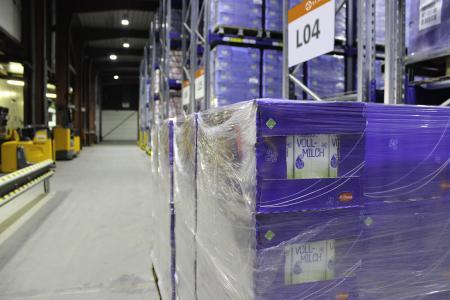 Für den Neukunden Arla Foods lagert ELSEN im Multi-User-Warehouse (MUW) in Wittlich täglich rund 48 Lkw-Ladungen Milchprodukte für Discounter ein, beziehungsweise aus. (Foto: ELSEN)
