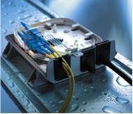 """Die Venus Box FML von R&M: eine """"climate proofed"""", Staub und Spritzwasser geschützte Plattform für Fiber Optic-Kleinverteiler mit vier Faserabschlüssen am Übergabepunkt zum Teilnehmer"""