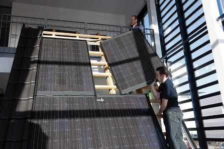 Schaumontagen auf der Solarexpo: Am SOLARWATT-Messestand demonstrieren deutsche Dachdeckermeister, wie leicht und schnell sich das Indachsystem auch auf italienischen Dächern montieren lässt