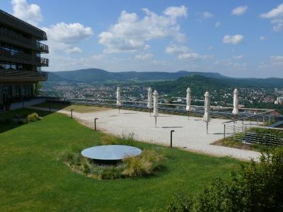 Der Dachgarten bietet mit seiner großen Terrassenfläche weiten Ausblick ins Vorland der Schwäbischen Alb / Quelle: ZinCo GmbH