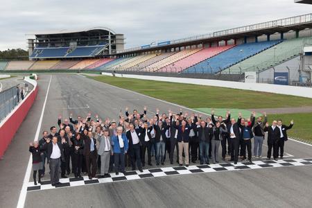 Die begeisterten Teilnehmer des Forum Effektive Fabrik an der Start-Ziel-Linie des legendären Hockenheimrings – zum Glück ohne Rennbetrieb