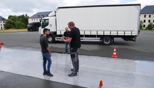 Angehende Berufskraftfahrer und ihre Trainer bei den Fahrsicherheits- und Eco-Schulungen