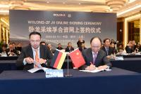 Im knapp 6.000 Kilometer (Luftlinie) von Schweinfurt entfernten Shenyang unterzeichnete Jiancheng Chen (rechts), Vorsitzender von Wolong Electric, den Vertrag zur Gründung eines Joint Ventures mit ZF