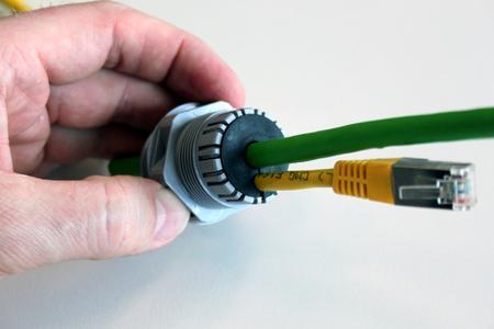 Montierte geteilte Formdichtung mit 2 Leitungen
