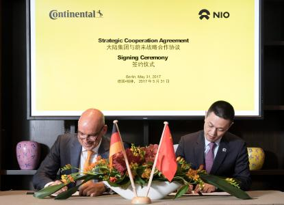 Frank Jourdan, Member of the Executive Board of Continental and President of the Chassis & Safety Division, and William Li, founder and chairman of NIO, signed the agreement this Wednesday in Berlin / © Continental AG