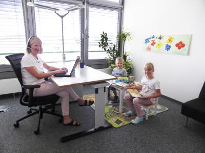 Arvato Systems-Mitarbeiterin Sandra Wiesing und ihre Kinder im Eltern-Kind-Büro in Gütersloh