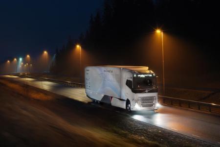 Der Volvo Concept Truck kann bis zu zehn Kilometer weit vollelektrisch fahren, wobei er emissionsfrei und beinahe geräuschlos unterwegs ist