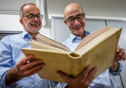 Dr. Rainer Lächele und Martin Burkhardt im Archiv