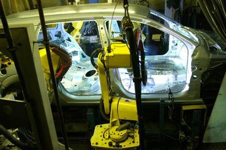 Spritzerfrei löten die Roboter mit dem CMT-Verfahren im automatisierten Fertigungsablauf bei Opel.