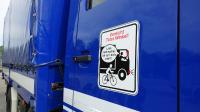 """Fahrzeugaufkleber machen Fahrradfahrer auf die Gefahr vor rechts abbiegenden Fahrzeugen aufmerksam. Foto: """"Landesverkehrswacht NRW"""""""