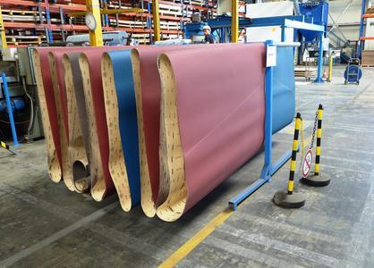 Bild 8: verschiedene Schleifbänder sind griffbereit neben der Maschine aufbewahrt