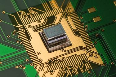 Chip-on-Board Aufbau eines miniaturisierten Silizium-Resonators