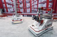 Für den IFOY-Award nominiert: der mit Roboterarm ausgestattete Manipula-TORsten, die Weiterentwicklung des mehrfach ausgezeichneten FTS aus dem Hause TORWEGGE. (Foto: TORWEGGE)