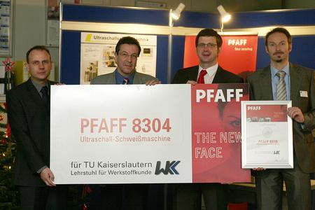 Die offizielle Übergabe an Prof. Dr.-Ing. Dietmar Eifler (zweiter von links)