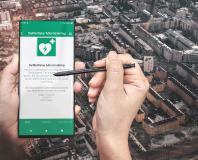 """Neue App für die Bürger*innen: """"Innsbruck gemeinsam"""" bietet kostenlos ein Online-Training zur richtigen Anwendung von Defibrillatoren. Innsbrucks Vizebürgermeister Johannes Anzengruber legt einen Fokus auf den Ausbau von Defis – so soll Erste Hilfe noch einfacher werden."""