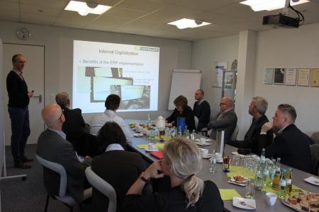 Geschäftsführer Marc Vathauer (l.) erläuterte in der Präsentation die Vorteile der Digitalisierung.