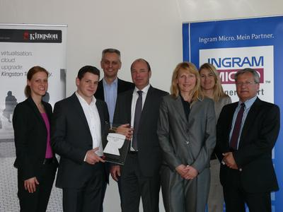 V.l.n.r.: Nikola v. d. Marwitz, Business Group Manager Ingram Micro, Florian Beis, Product Manager Ingram Micro, Leonhard Bauer, Teamleader Purchasing Mobile Group Ingram Micro, Christian Marhöfer, Regional Director DACH bei Kingston, Heike Rönnicke, Senior Manager Purchasing Ingram Micro, Veronika Freundl, Channel Marketing DACH Kingston, und Horst Süßbier, Business Development Manager Distribution D/A bei Kingston