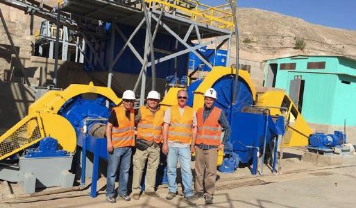 Das Team von Montan vor der Verarbeitungsanlage in Peru / Foto: Montan Mining