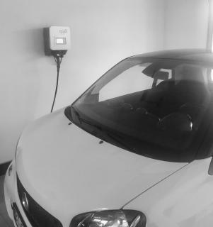 Über die Wallbox von E3/DC lädt Gerhard Popp den Akku seines Elektroautos. Wann immer möglich, fährt er mit Solarstrom. Foto: Gerhard Popp
