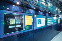 Arbeiten mit modernster Technologie: An einer großen Multimedia-Wand lernen die Jugendlichen Technologien wie Verschlüsselung, Blockchain und Maschinenprotokolle kennen. (c) Baden-Württemberg Stiftung gGmbH