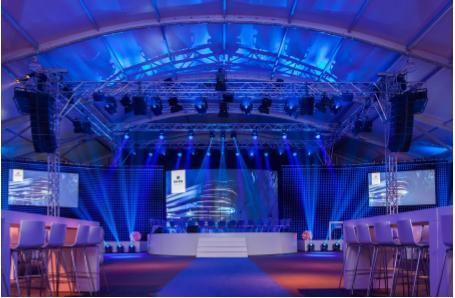 Die Losberger Zelthalle bot genug Platz für den beeindruckenden  Bühnenbau und zahlreichen Leinwandabhängungen