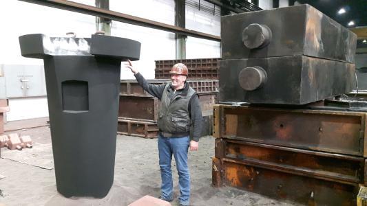 Gießereileiter Frank Weber präsentiert den Kern für einen Steigerkessel / Foto: HÜTTENES-ALBERTUS