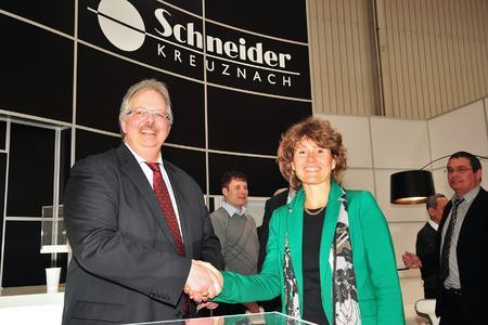 Wirtschaftsministerin Eveline Lemke mit Hermann Störk, Leiter des Geschäftsbereichs Servohydraulik bei Schneider-Kreuznach