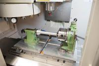 Zwei Adapterplatten von AMF enthalten Vorrichtungen, die sogar Drehoperationen auf der Maschine bei Labom ermöglichen.
