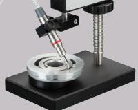 ElektroPhysik Miniatursensor in der Anwendung mit Präzisionsstativ