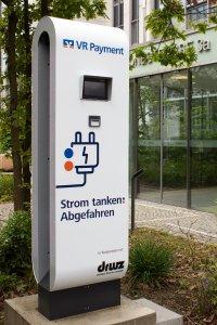VR Payment Ladesäule vor dem Firmensitzt in Frankfurt am Main