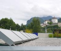 Solare Plusenergielüftung auf dem Dach eines Autohauses