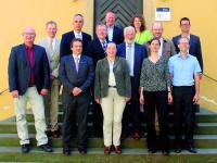 Foto: (HfWU/üke): Die Gründungsmitglieder des Kompetenzzentrums: (1. Reihe v.l.n.r.) Prof. Sigurd Henne, HfWU-Rektor Prof. Dr. Andreas Frey, Prof. Dr. Carola Pekrun, Prof. Dr. Nicole Pfoser und Ralf Walker. 2. Reihe v.l.n.r.: die Bürgermeister Torsten Hooge und Matthias Ruckh, Dieter Schenk (ZinCo), Oberbürgermeister Otmar Heirich, Albrecht Bühler (Verband Garten-, Landschafts- und Sportplatzbau Baden-Württemberg), Dr. Gunter Mann, Präsident Bundesverband GebäudeGrün, Oberste Reihe: Markus Grupp