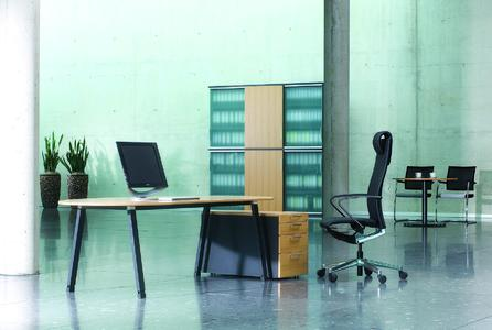 Das Möbelsystem tune definiert den derzeit in der Bürowelt aktuellen und erfolgreichen Trend zu einfacher und sehr geradliniger Formgebung neu.