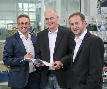"""Georg Kiefer, CEO of the new US branch establishment """"Huber USA Inc."""" (in the middle) with the two Managing Directors of Peter Huber Kältemaschinenbau GmbH, Daniel and Joe Huber"""