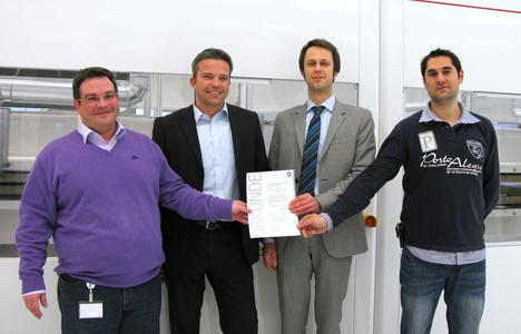 Giovanni-Heinz Pitino – Vice President Operations – (left) and Sascha Bender – Area Manager PV Module – (right) receive the certification document from TÜV employees