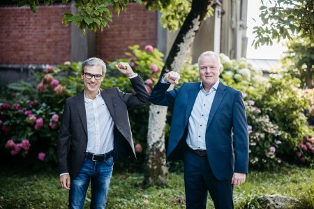 Rüdiger Lode (links) und Werner Dettenthaler, Geschäftsführer Landverkehr Deutschland bei Gebrüder Weiss, bei der Vertragsunterzeichnung in Waldkraiburg. (Quelle: Gebrüder Weiss/Sams)