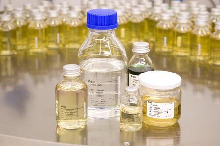 Mit den Serien- und Seitenetikettieranlagen von Bluhm lassen sich zylindrische Produkte von der Seite oder rundum etikettieren