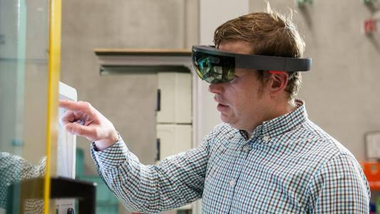 Service-Techniker wird mit Hilfe einer Augmented Reality Datenbrille aus der Ferne unterstützt