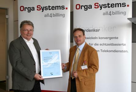 Im Namen des Marketing-Clubs überreichte Matthias Nies, Präsident des Marketing-Clubs Paderborn, den Titel an Rainer Neumann (links), Geschäftsführer der Orga Systems.