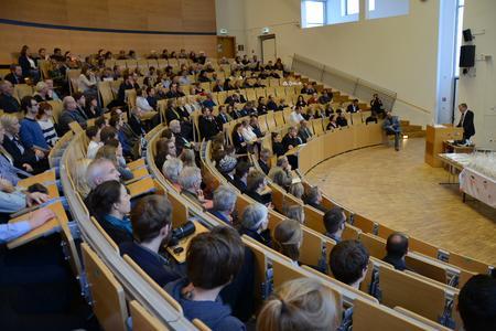 Gemeinschaft Fachhochschule: FH-Präsident Prof. Dr. Holger Watter begrüßte die 61 Absolventen und Absolventinnen sowie deren Familien und Freunde im audimax (Foto: Gatermann)