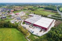 Die neue Produktions- und Lagerhalle der AT Zweirad GmbH (rechts,) wurde direkt an das Bestandsgebäude angebaut. Auch diese Halle, in der Fahrradausstellung und Fertigung untergebracht sind, realisierte bereits 2014 die Niederlassung Münster der GOLDBECK GmbH als Generalunternehmer.