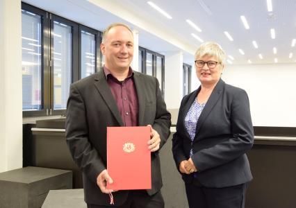 Prof. Dr. Ingo Grunwald mit Rektorin Prof. Dr. Karin Luckey bei der Übergabe der Ernennungsurkunde