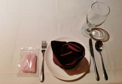 Ein im Restaurant eingedeckter Tisch in Zeiten von Corona