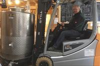 Torsten Schumacher, Biersommelier in der Grönwohlder Hausbrauerei, freut sich, dass seine logistische Arbeit durch die Unterstützung von STILL enorm erleichtert wird (Foto: STILL GmbH)