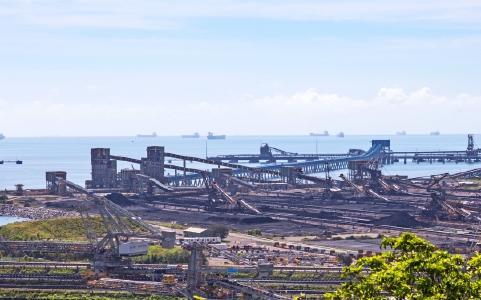 Verladung von Kohle im Hafen von Gladstone (Queensland); Quelle: Depositphotos