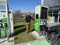 Manuel Dehmel an Schnellladestation mit Kreditkartenterminal