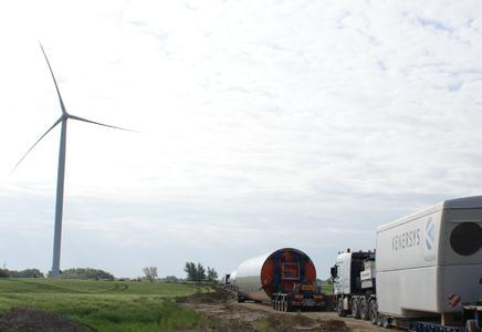 Transport des Maschinenhauses der K82 2.0MW und der Turmsegmente. Im Hintergrund die Kenersys K100 2.5MW