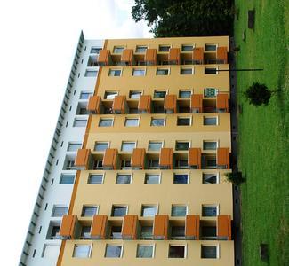 Der innovative Malerbetrieb Dohm & Huly aus Velbert-Langenberg hat in Dormagen fünf sanierungsbedürftige Wohnblöcke aus den 1960er Jahren fachmännisch gedämmt. Die Fassaden wurden mit ThermoSan-Silikonharzputz beschichtet und nach einem einfühlsamen Farbkonzept des Caparol FarbDesignStudios gestaltet