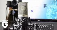 Mikrofon mit Laptop im Hintergrund